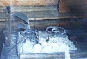 Esse - links der Gock, in den die Sterzpfannen �ber das Feuer geh�ngt wurden